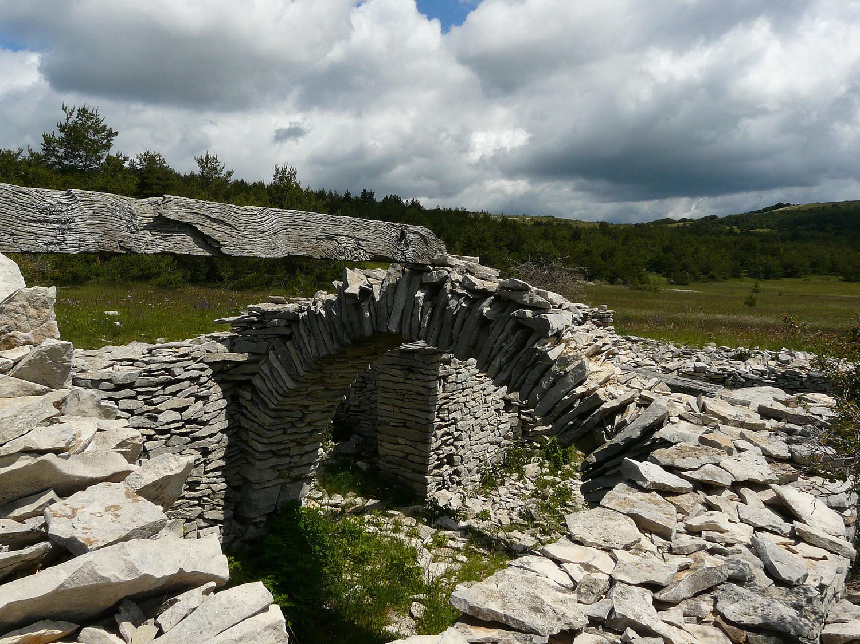 Un Jas en ruine aux Fraches avec le sommet de Larran (à droite)