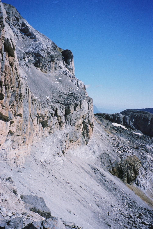 Le pas des isards et l'entrée de la grotte