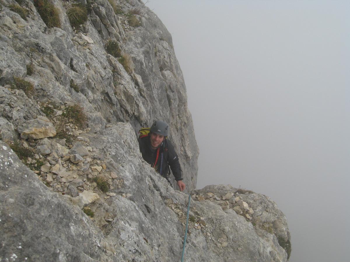 Dent de Crolles - Pilier S : Adrien à la sortie de la deuxième longueur, dans le brouillard.