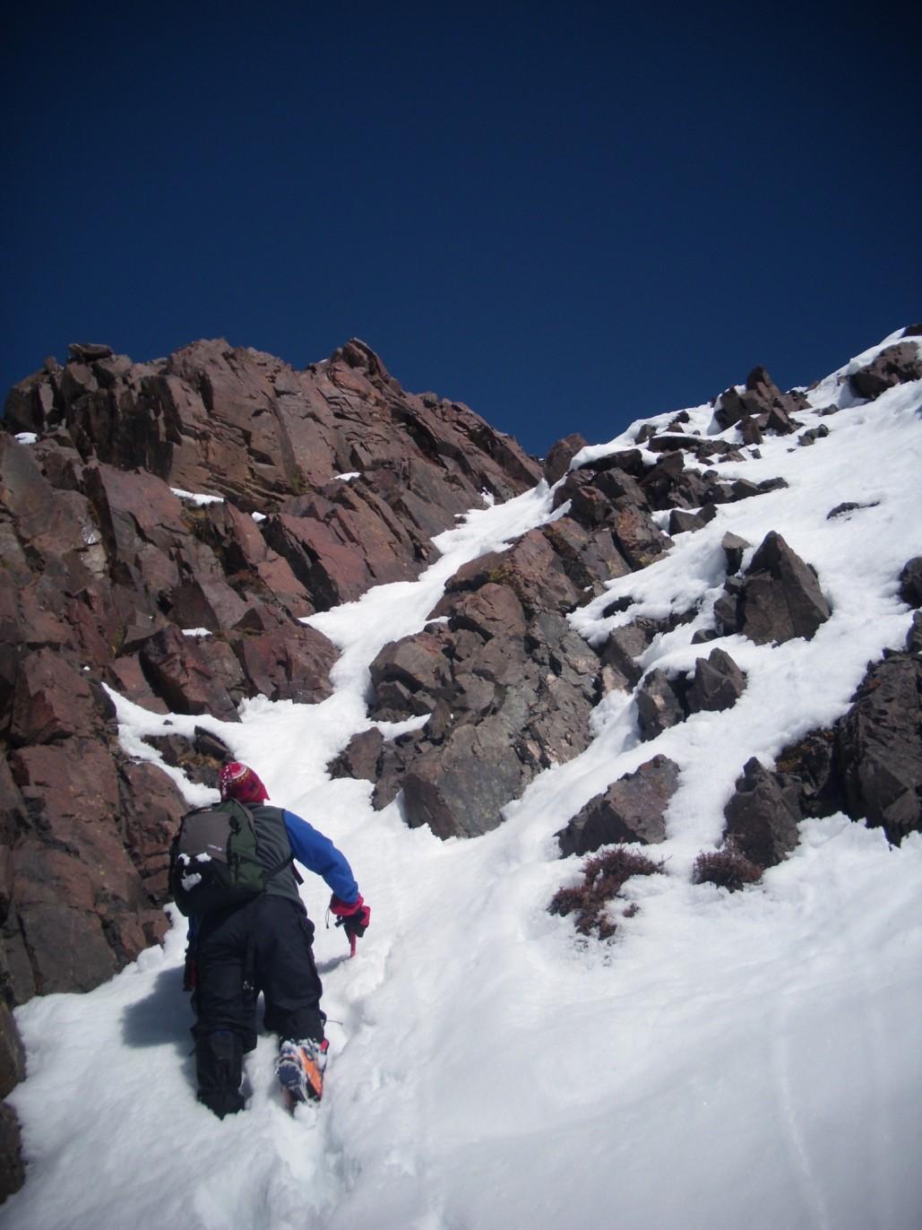 Ultimo tramo con algo nieve y hielo justo abajo del tramo final de roca.