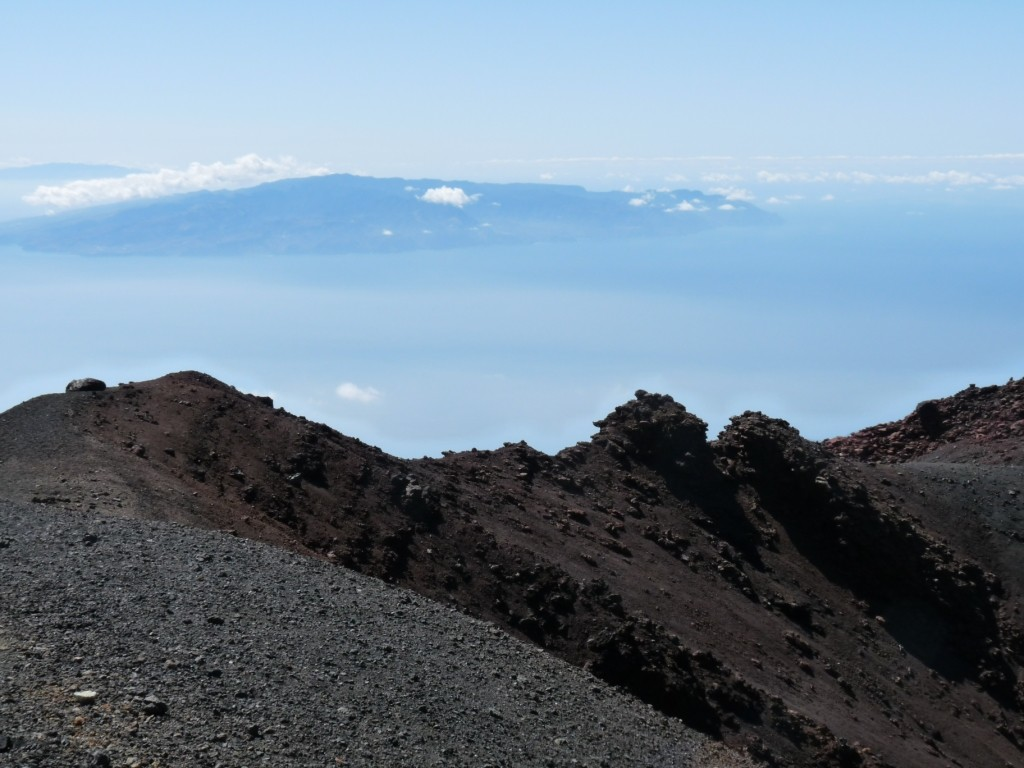 le bord du cratère noir et l'île de Gomera