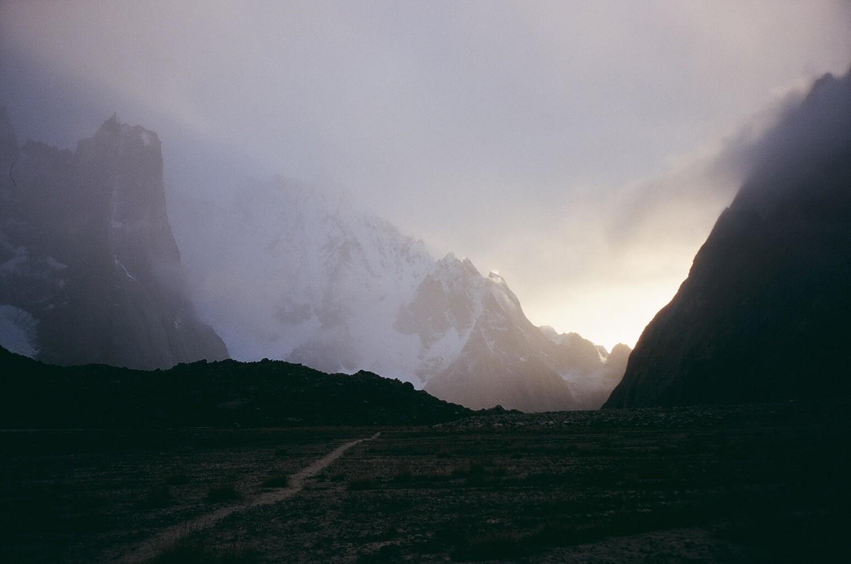 Levée de brume, un soir au camp de base, Pakistan