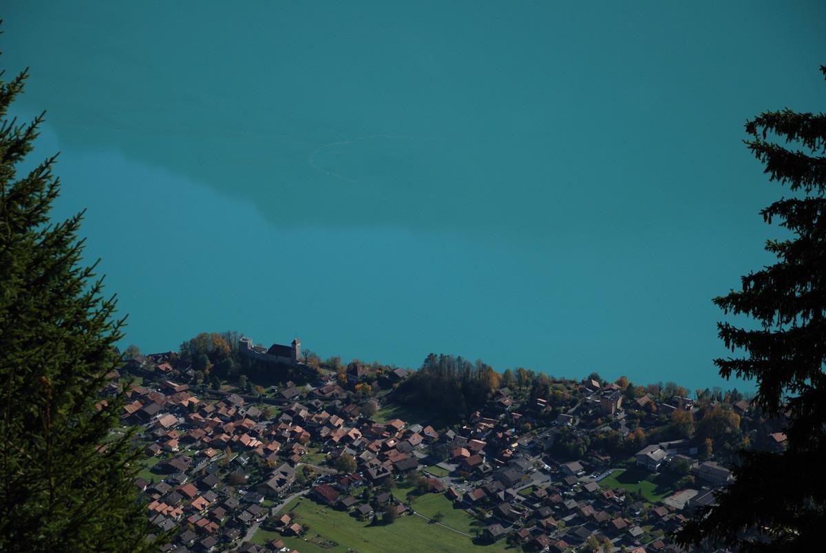 Arête du Brienzergrat : vue plongeante sur Ringgenberg, le village d'Ueli Steck et Stefan Sigrist