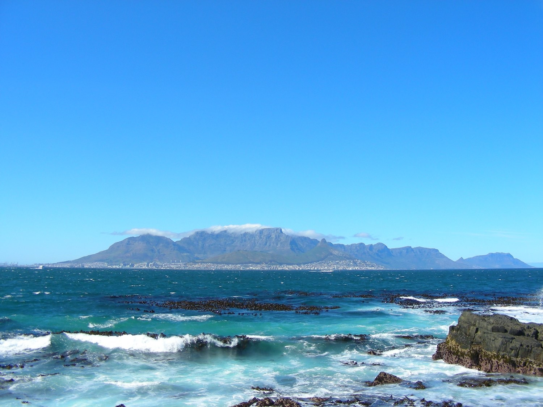 La montagne de la table et sa coiffe vue de Robben Island.