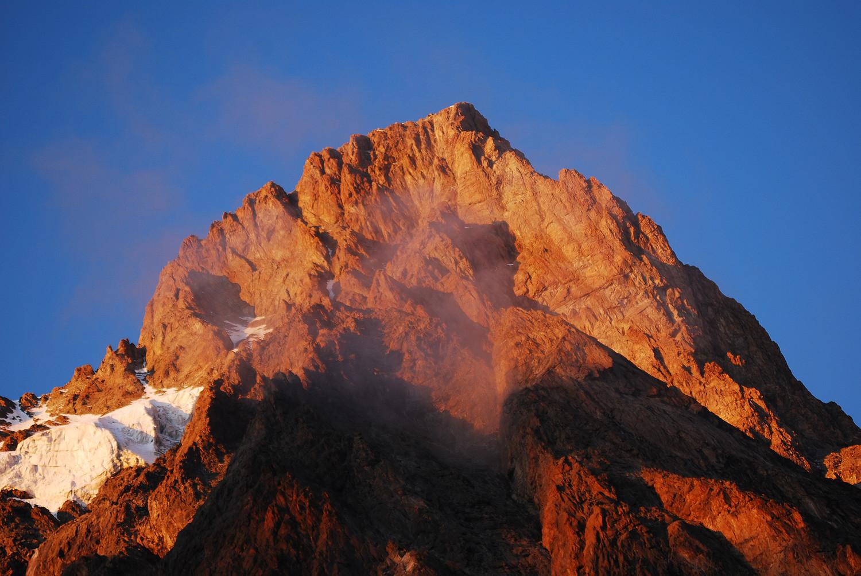 Lo Schreckhorn 4078 m dalla capanna 2529 m.