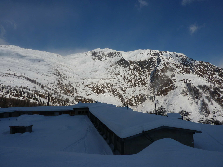 Salendo al Piz di Cadreigh; alpe Pradasca con vista verso la cima di Garuna.