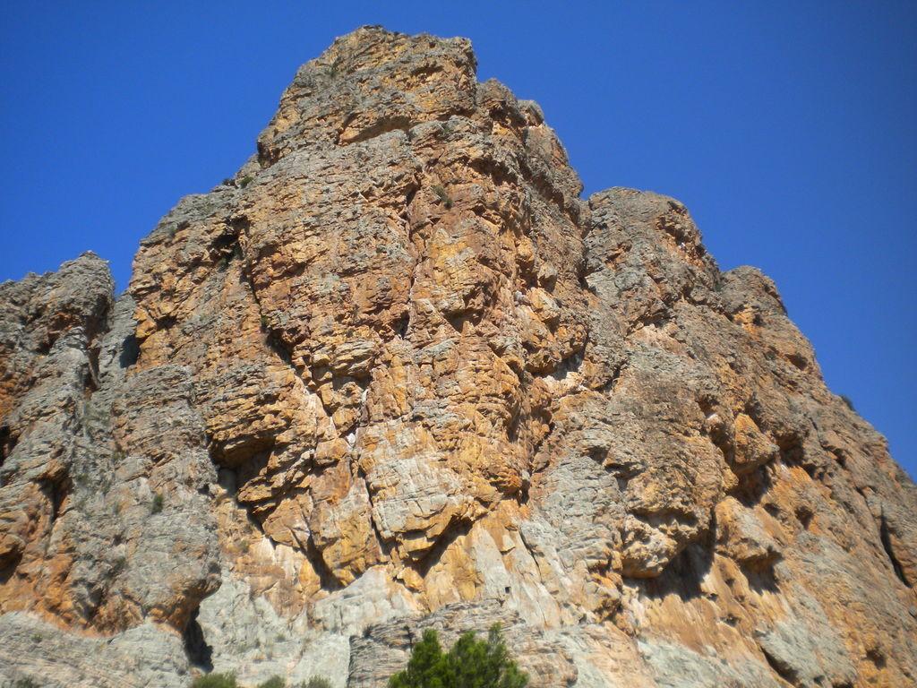 Bard Butress - Eurydice suit la fissure oblique à gauche, puis attaque la ligne qui monte droit au dessus