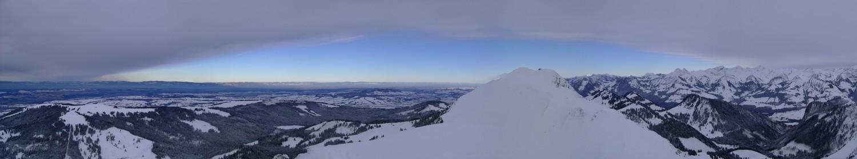 Drôle de cape nuageuse sur le sud de la Suisse romande. Grand bleu sur Fribourg... Au centre: Le Moléson