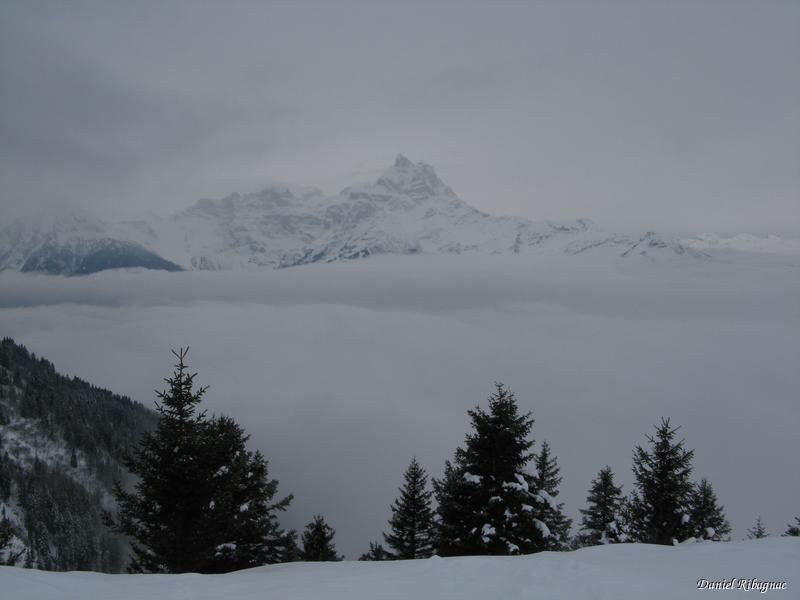 Depuis Gros Châtillon, vue sur la Cime de l'Est (Dents du Midi), entre le stratus et le ciel bas !
