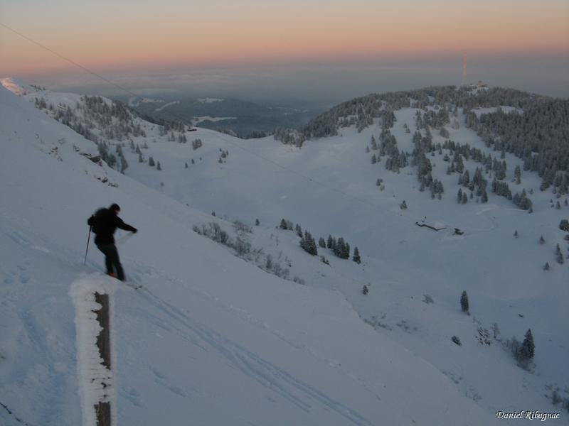 Christian dans la descente sous La Dôle et son manque de neige contrairement aux cailloux