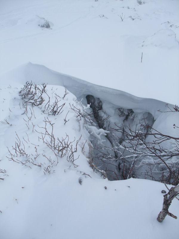un trou de 3m avec un pont de neige en formation = un piège à Yéti