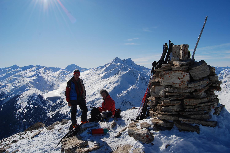 In cima al piz la Mazza 2815 m con la Valle di Lei ed il Pizzo Stella 3163 m e Pizzo d'Emet 3209 m a dx.
