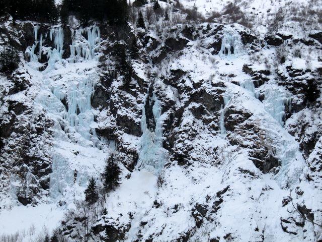 Avis aux amateurs de cascade : il y a de quoi faire sous le refuge Jean Collet...