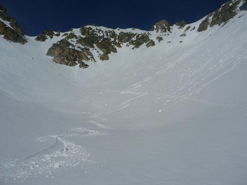 Au pied de la pente; à gauche, le Col d'Aulon