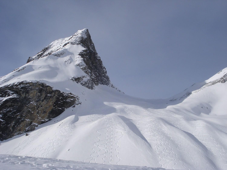 Belles traces de descente dans le couloir du Col du Wart