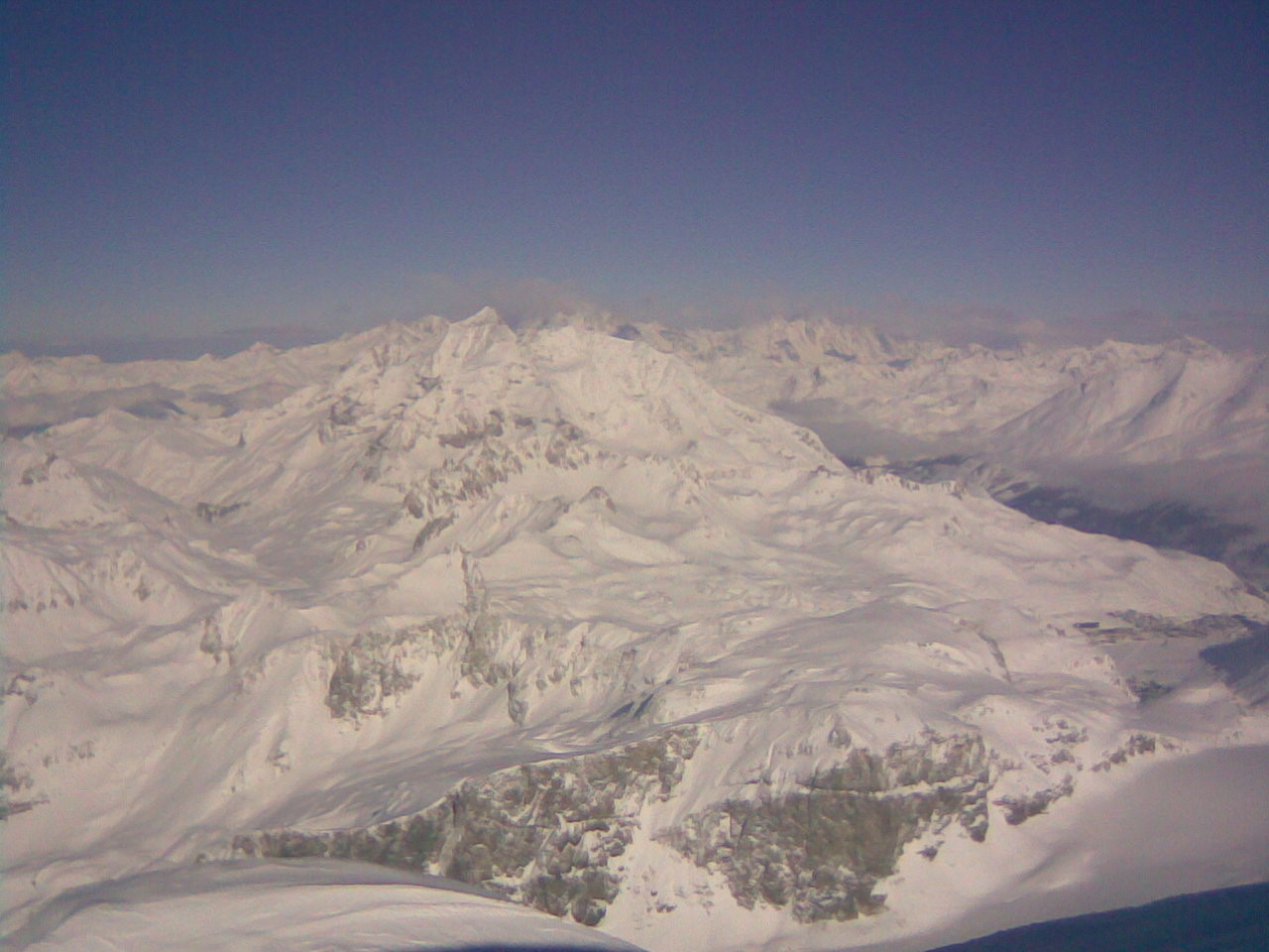 Premier plan le Mont Pourri,derrière le Mont-Blanc dans son grand nuage blanc, brr... il fait froid