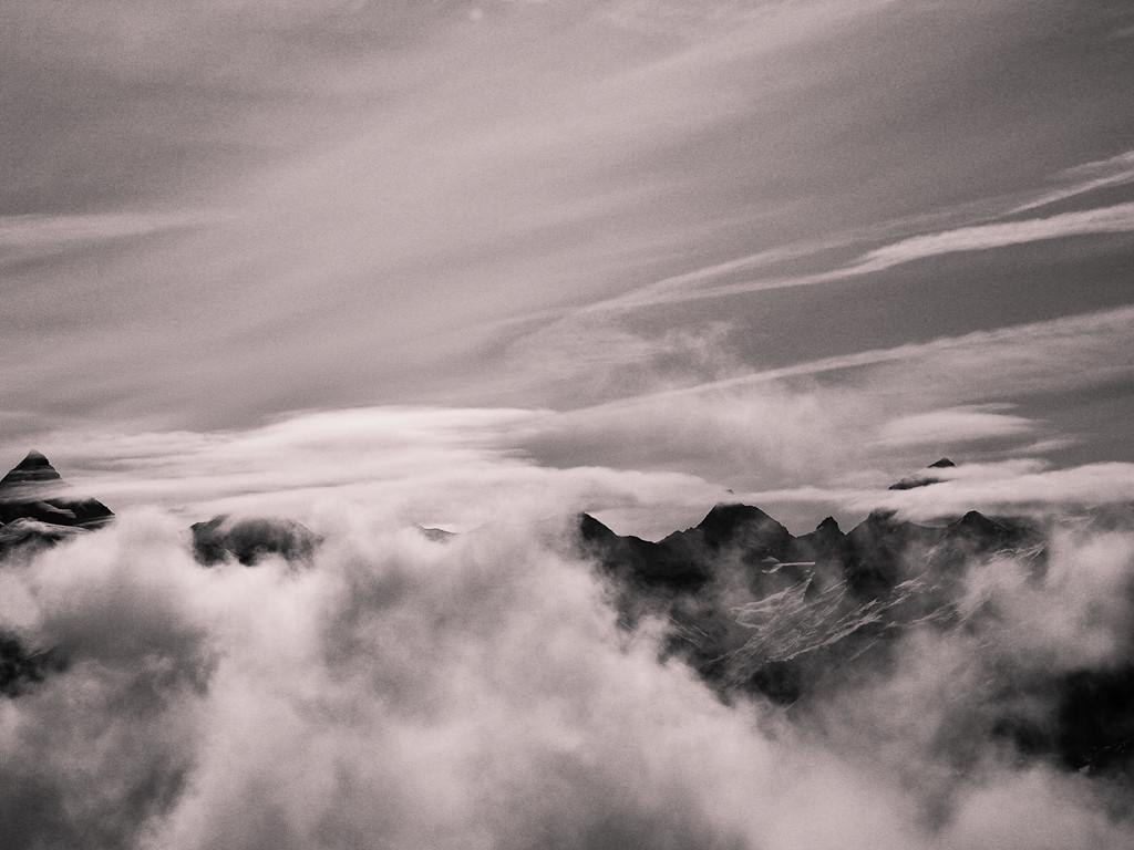 Nuages de foehn sur la crête principale des Alpes...