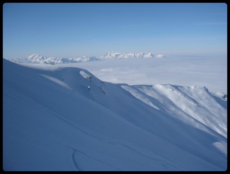 Sur notre droite, un point de vue exceptionnel pour ce petit groupe sur le mont de Grange et les Cornettes notamment