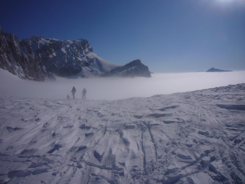 skieurs plongeant dans la brume