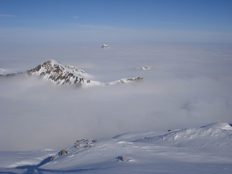 Au N, quelques îles émergent  de la mer de nuage
