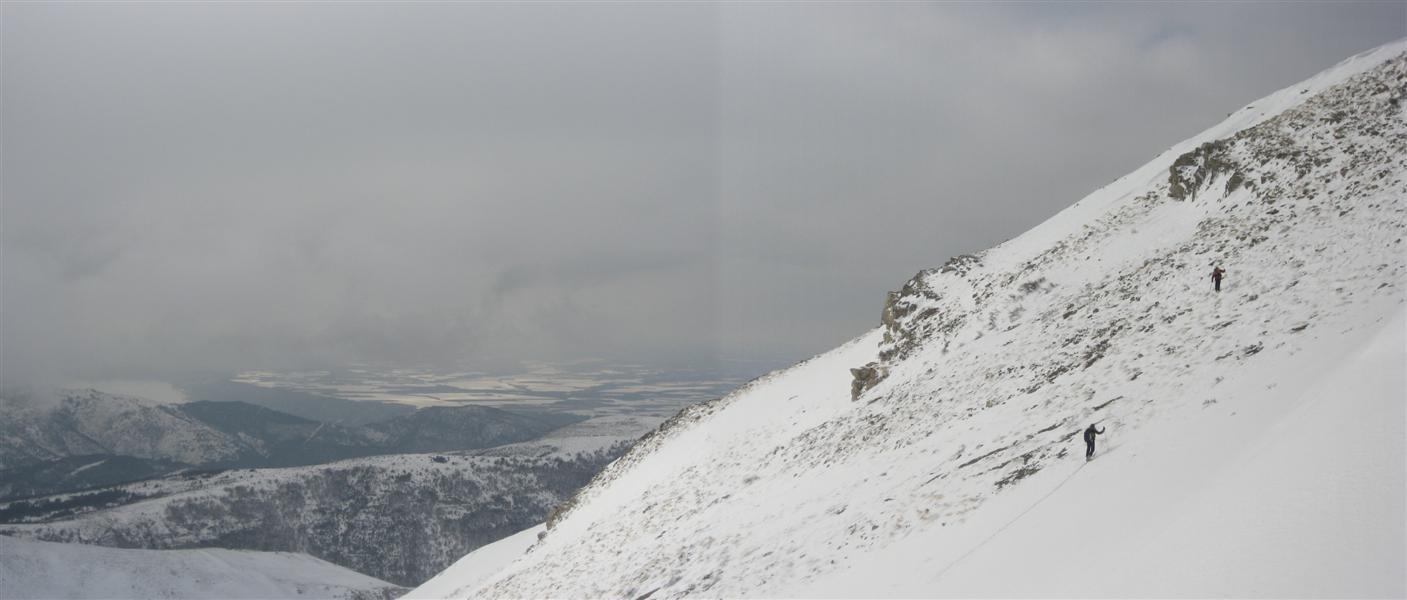 Christian et Karine en route vers le sommet. Au fond, le lac de Sainte-Croix et le plateau de Valensole enneigé.