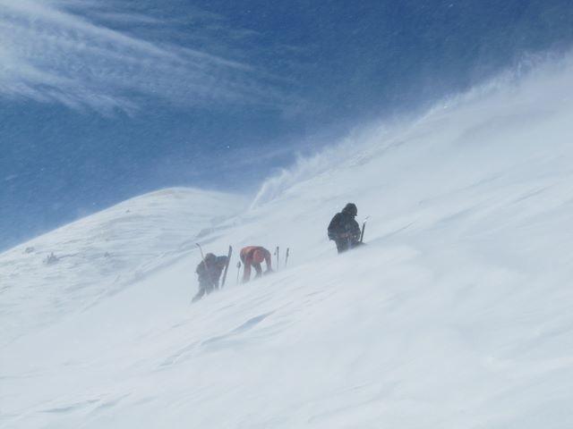 Trois personnes redescendent du sommet tandis que nous y montons
