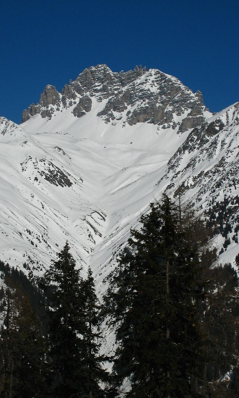 En rive G de l'Obergbergtal, la face S du Schlicker Seespitze et les trois doigts caractéristiques du Schlicker Manndln sur l'arête S