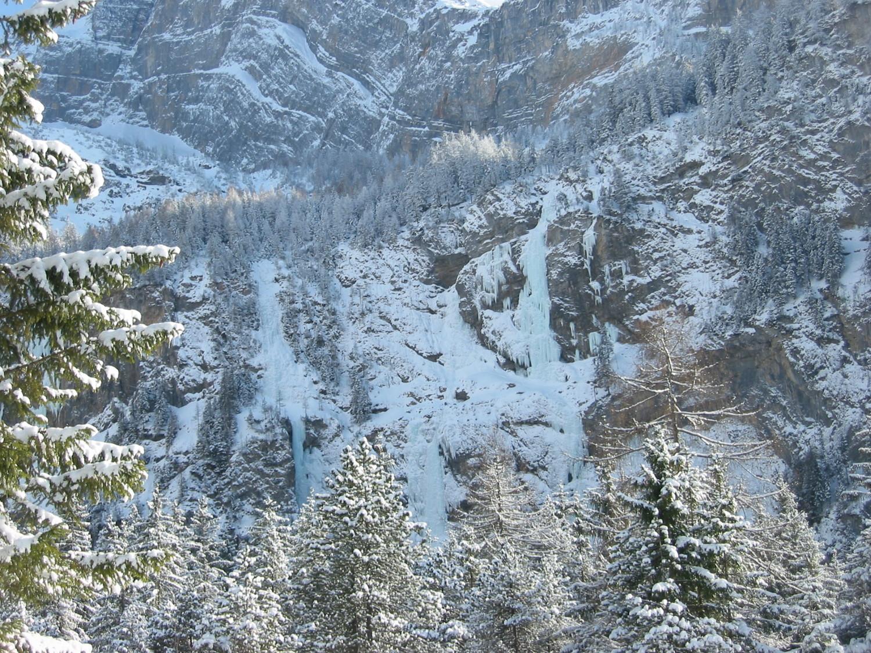 Vue d'ensemble de la voie Pingu sur la droite. Arbonium sous la neige au milieu. Ratenpissoir sur la gauche avec le cigare de L2.