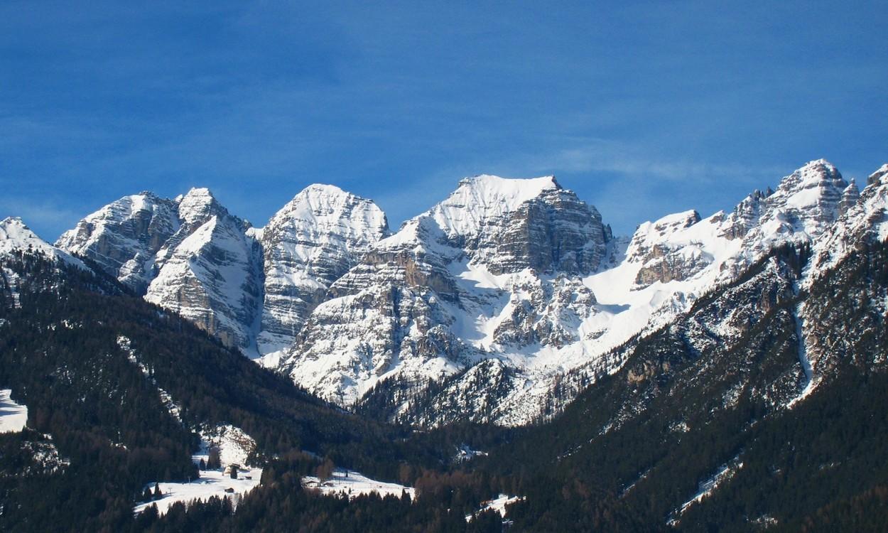 Les faces E de l'ensemble du Kalkögel, avec ses piliers et ses goulottes ; à G : le Schlicker Seespitze