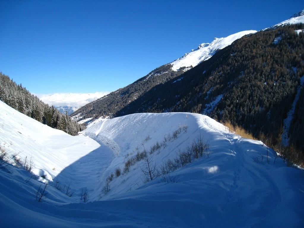 Sur le chemin, une digue de protection contre les avalanches