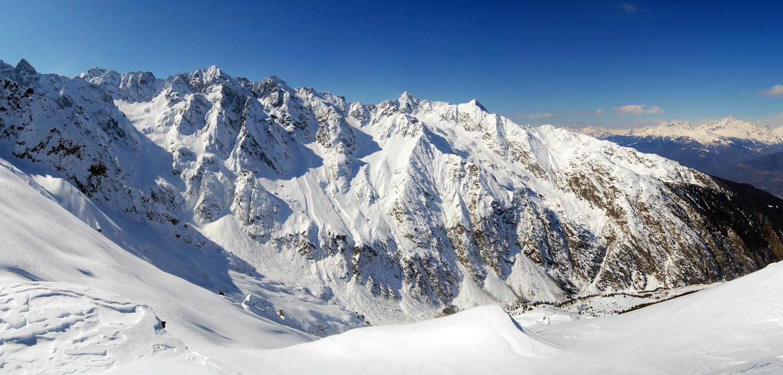 Il selvaggio versante E della Valle d'Arigna, dalla quota 2344 m.