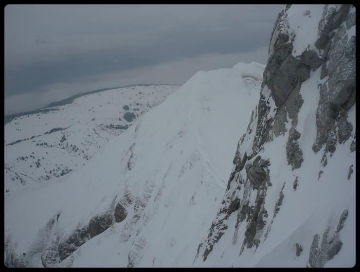 Au col juste sous le sommet (trop de vent), l'austère face N de Balafrasse  et la N de la Pointe Blanche  sous mes pieds
