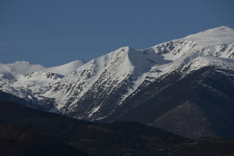 Cara S del Puigpedrós. Al centre, el cim secundari de cota 2.726m