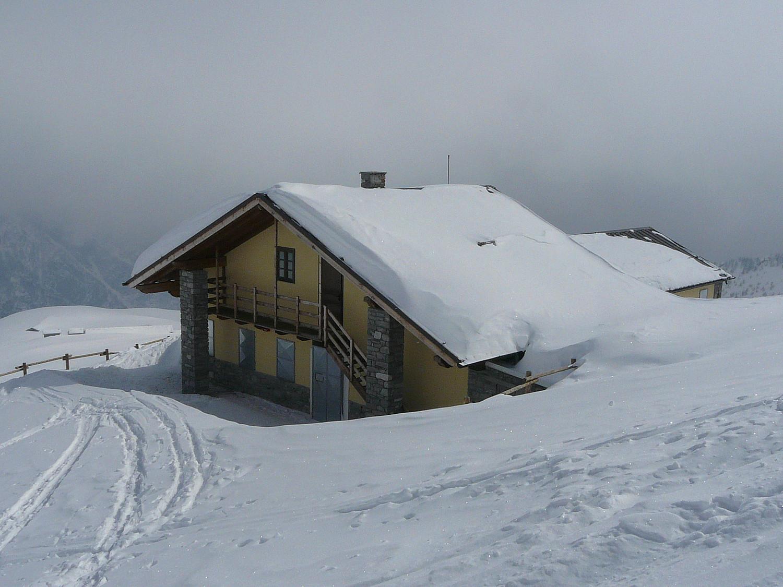Le refuge Letey Champillon (val d'Aoste)  en hiver (local d'hiver en haut de l'escalier)