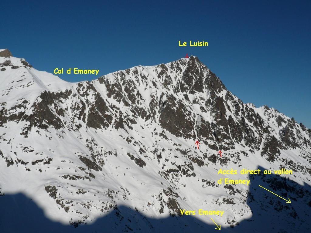 Vue sur le versant S du Luisin. Les flèches rouges indiquent le haut et le bas du couloir de gauche