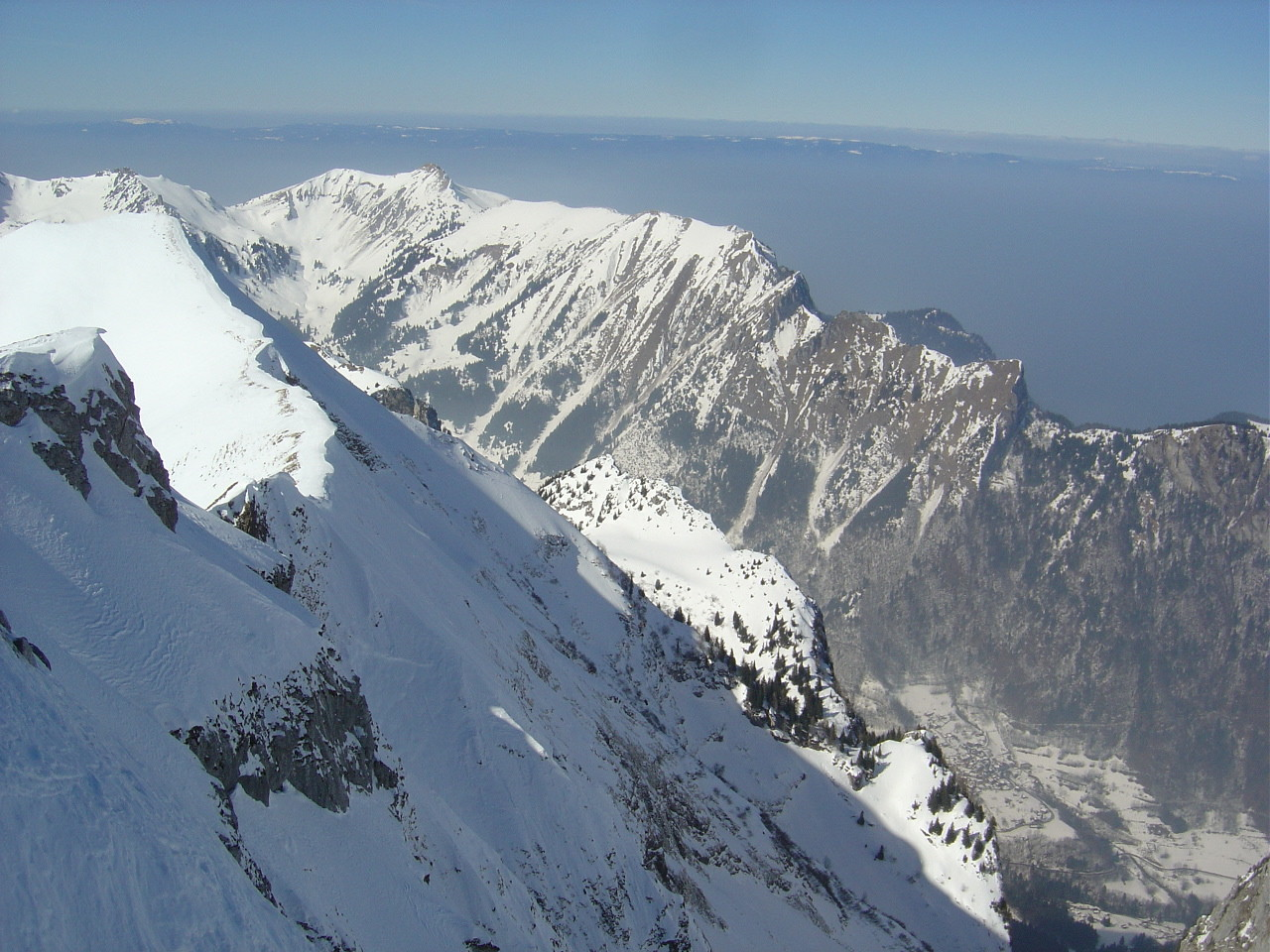 Face N du Mont Valeur à l'ombre. En bas Novel