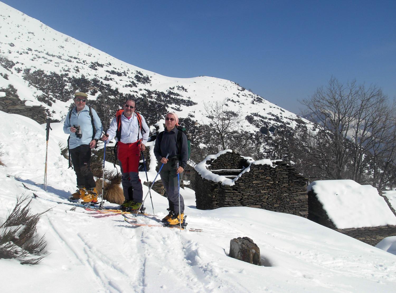 Foto di gruppo all'alpeggio diroccato di Trecciura