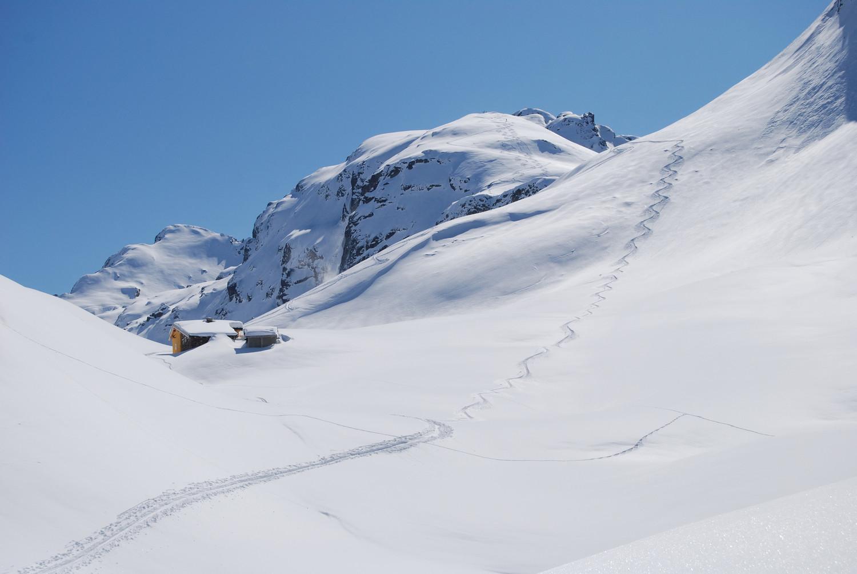 Il rifugio Falc 2120 m con circa 2,5 m di neve ed il Pizzo Tre Signori 2553 m.