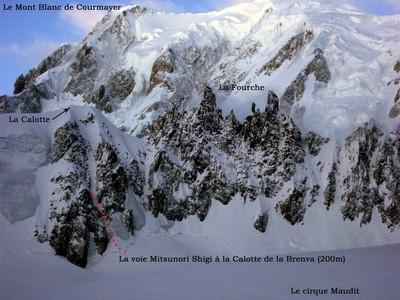 Couloir Mitsunori Shigi à la calotte de la Brenva. Le Mont-Blanc en fond.