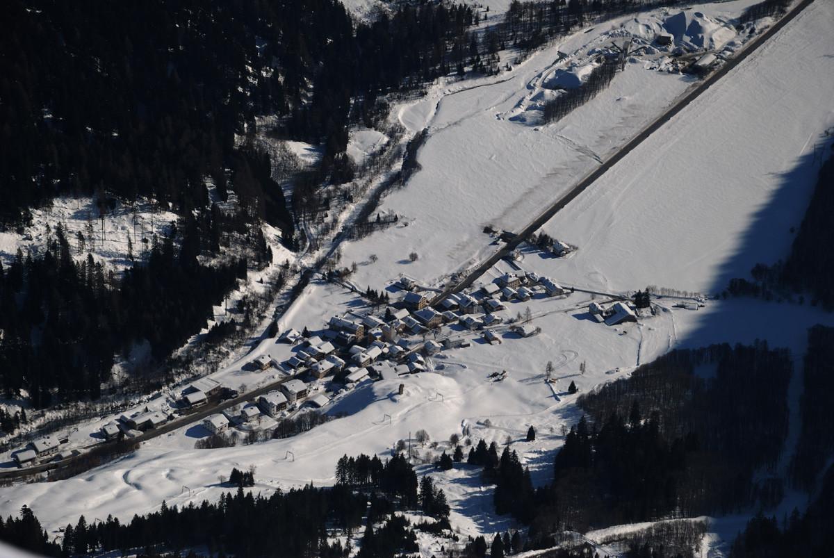 Vue plongeante sur Casaccia (Val Bregaglia) depuis le Piz dal Sasc