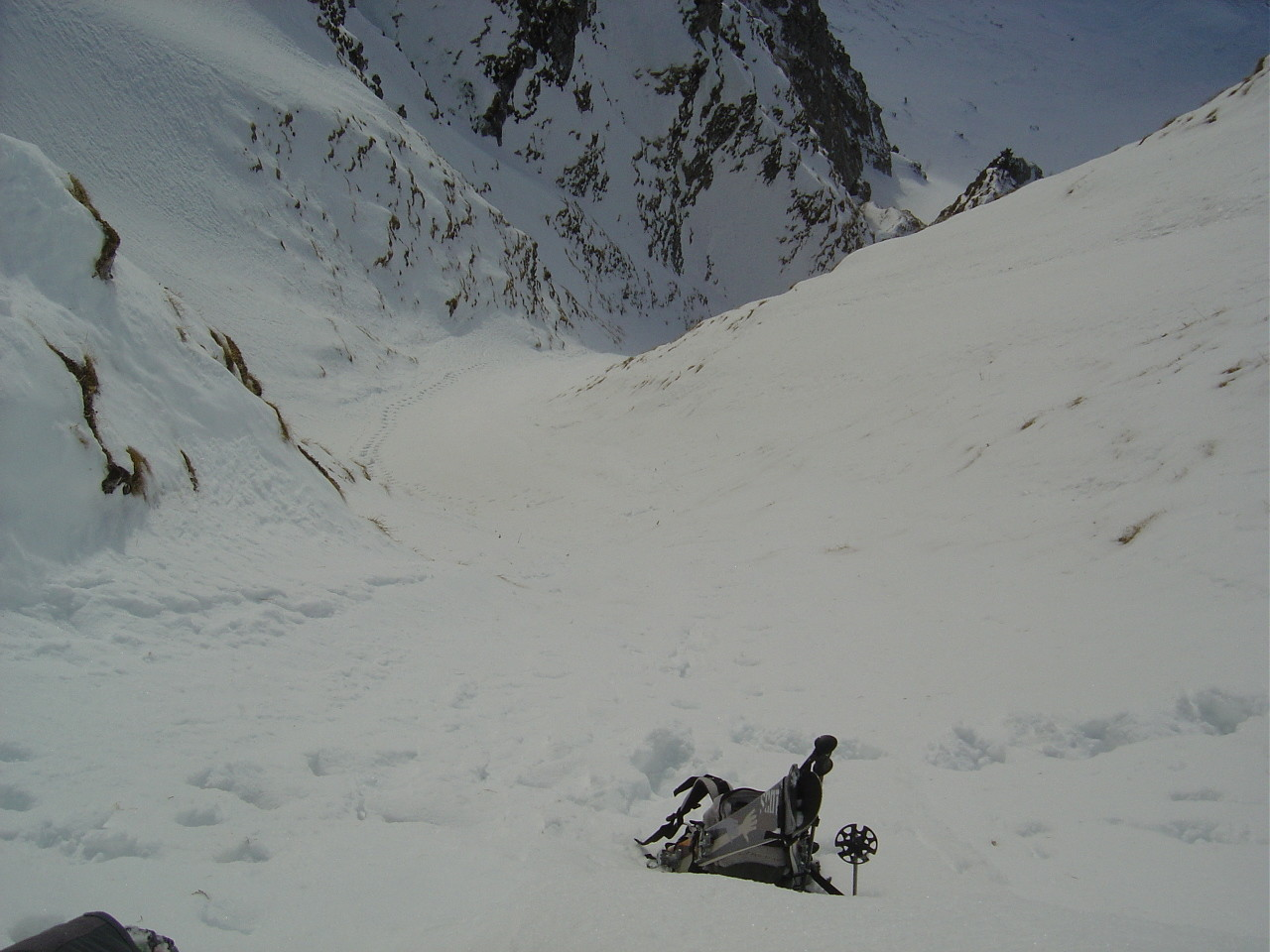 Dépôt des skis quelques mètres sous le mur sommital.