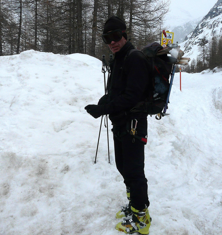 """Le """"boulet du jour"""" testant une nouvelle formule de portage des skis"""