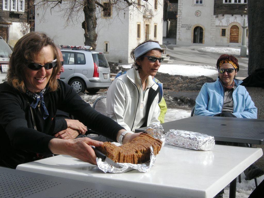 Partage d'un cake à la terrasse du St-Georges, Ernen...