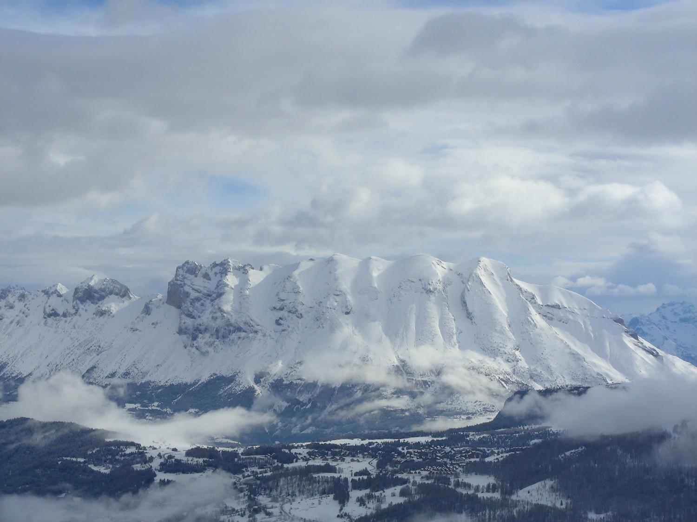 Le versant W de la montagne de Faraut bien plâtré
