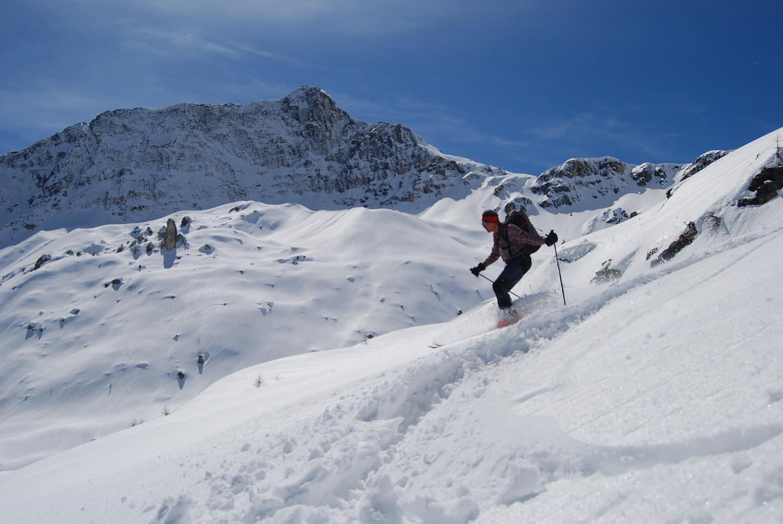Gianluca in azione  con il Piz Cancian 3103 m sullo sfondo.