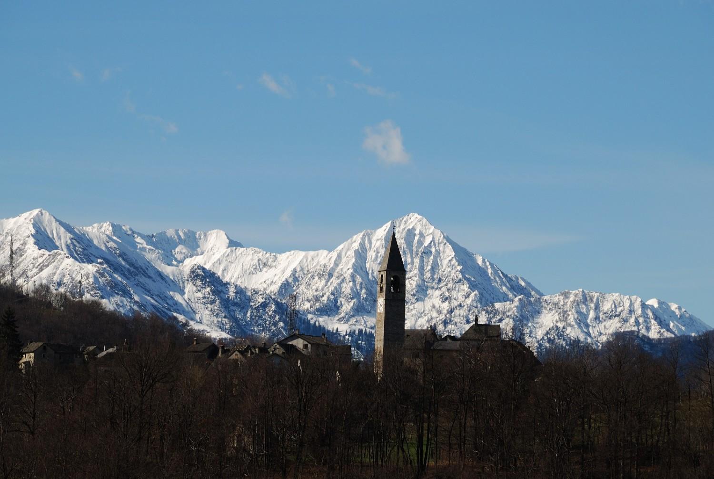 Campanile de Trontano (Ossola), au fond les sommets dominant le Val Strona
