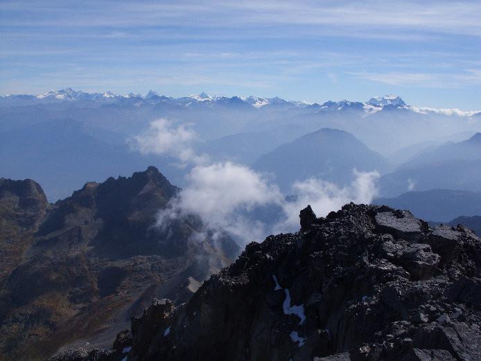 Au loin se dessinent les cimes du Valais