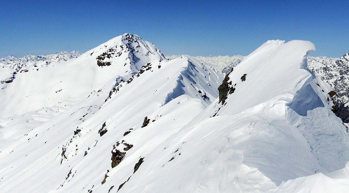 dalla punta Est della Cima Occidentale dei Forni: la cresta di collegamento con la punta Ovest. A sinistra di essa la Cima della Manzina.