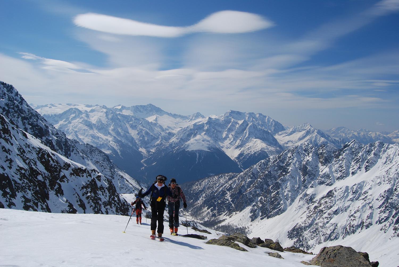 Salita dal vallone  a circa 2800 m con sullo sfondo l'Adamello 3554 m e Corno Baitone 3330 m a dx.