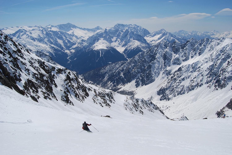 Discesa nel vallone, col l'Adamello 3554 m ed il Corno Baitone 3330 m a dx.